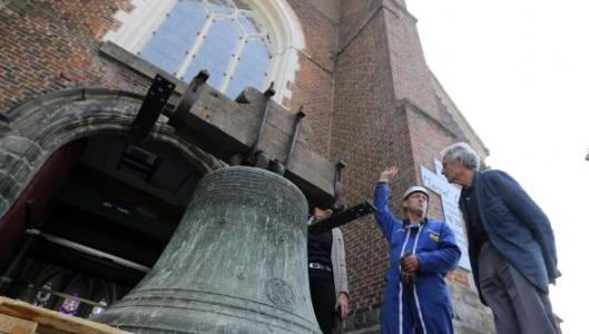 Déposée le 29juin pour être restaurée dans une fonderie du Maine-et-Loire, la cloche Barbe Martine retrouvera bientôt son clocher. Photo Hubert Van Maele.